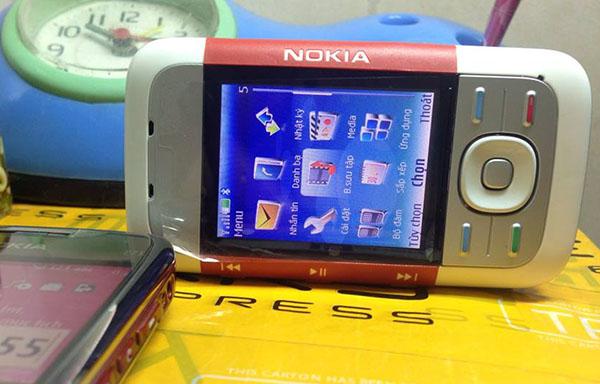 Nokia 5300 trượt giao diện đơn giản dễ sử dụng, màn hình không quá tối