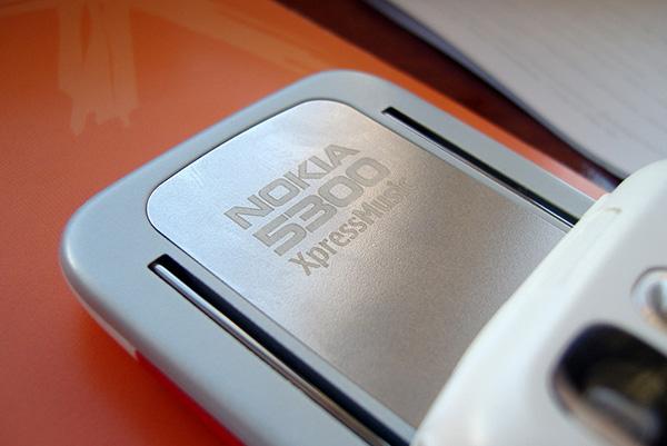 Nokia 5300 expressmusic còn có các hiệu ứng: màu nâu đỏ