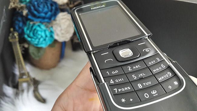 Còn chiếc điện thoại vỏ nhái hoặc thay rồi sẽ có ký tự tròn hình elip