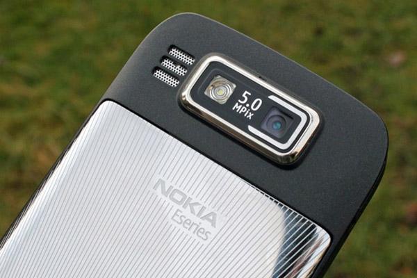 chỗ camera 5.0 MPx được khắc bằng kim loại và có thể cảm nhận bằng tay