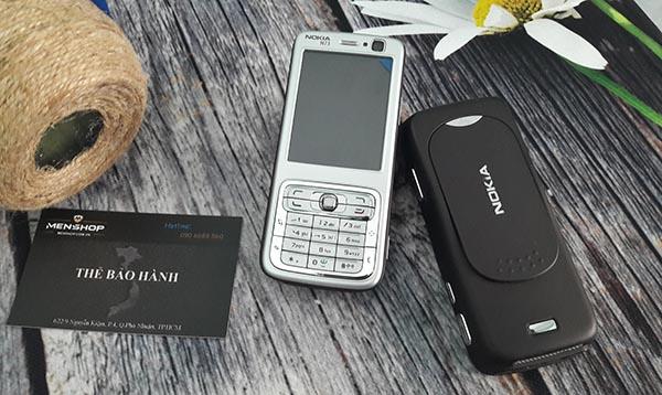 ỏ trước của máy điện thoại N73 này được phủ lớp bạc và mặt sau là lớp sơn đen