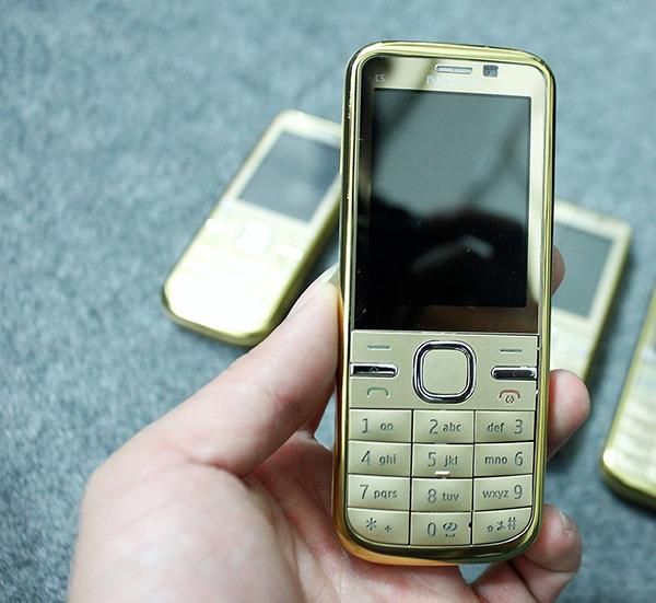 Nokia C5 trông vẫn rất giống với một chiếc điện thoại Nokia cổ điển