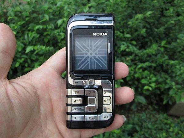 Nokia 7260 có một màu sắc đậm và các yếu tố nổi bật, chẳng hạn như các đường viền bạc.