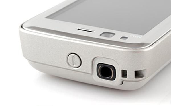 Nokia N82 sử dụng màn hình 2,4 inch với độ phân giải QVGA (240x320 pixel).