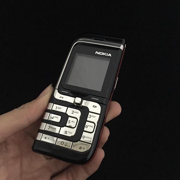 Khung máy và hình dáng của điện thoại gợi nhớ lạichiếc lá lớn Nokia7610