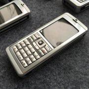 Nokia E60 mang phong cách đơn giản, không màu mè, không sở hữu máy ảnh Megapixel